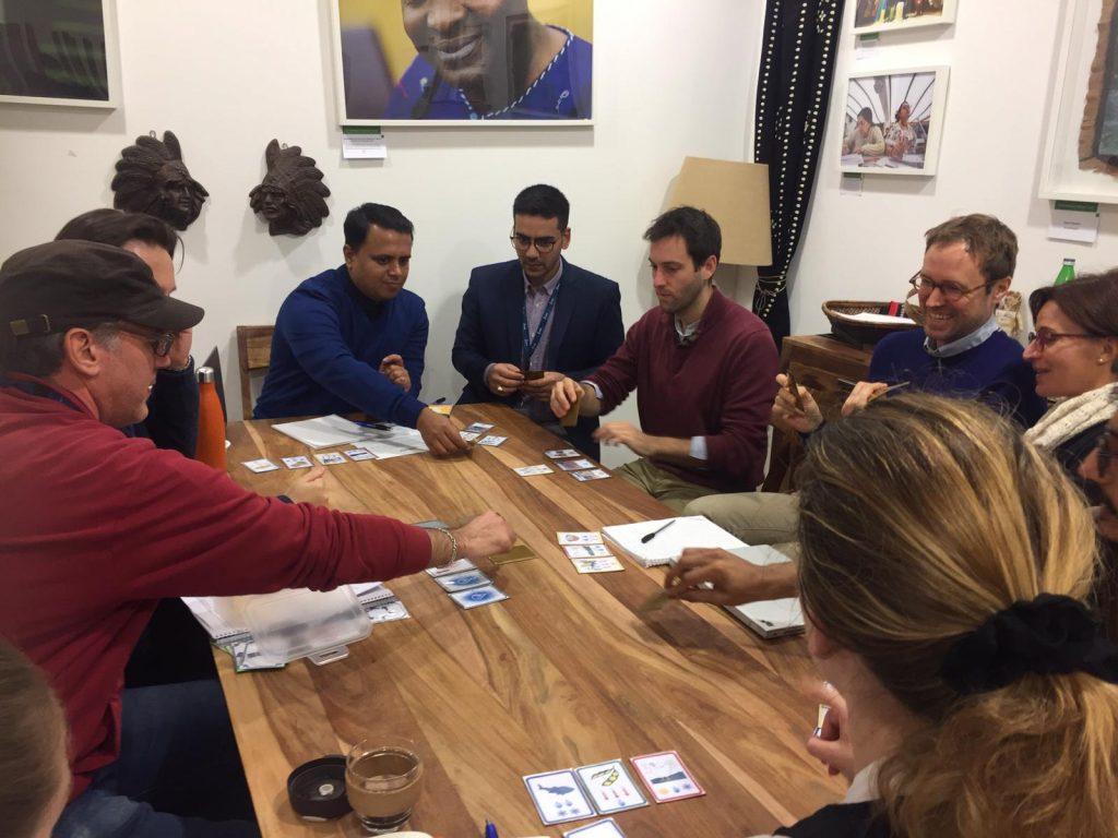 Alcuni membri dello staff dell'IFAD mentre provano il gioco con Alberto Bontempi e me (coperto dal cappello di Alberto)